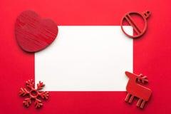 Mofa de la tarjeta de felicitación encima de la plantilla con las decoraciones de la Navidad en fondo de madera Visión desde arri Fotografía de archivo libre de regalías