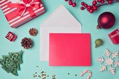 Mofa de la tarjeta de felicitación encima de la plantilla con las decoraciones de la Navidad Visión desde arriba Fotos de archivo