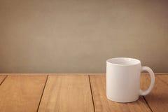 Mofa de la taza de café encima de la plantilla para la exhibición del diseño del logotipo Fotografía de archivo libre de regalías