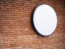 Mofa de la tienda del letrero encima de Logo Circle Display en la pared de ladrillo Imagenes de archivo