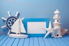 Mofa de las vacaciones de verano encima de la plantilla con el marco y las decoraciones del cartel Copie el espacio para el texto foto de archivo