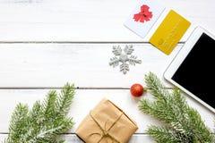 Mofa de madera de la opinión superior del fondo de las compras de la tableta en línea de la Navidad para arriba Fotos de archivo libres de regalías