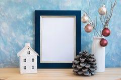 Mofa de oro azul del marco encima de bolas coloridas del cono del pino del Año Nuevo de la Navidad en la pared del color en color Foto de archivo libre de regalías