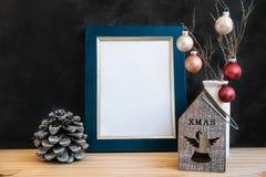 Mofa de oro azul del marco encima del candelero colorido de las bolas de los conos del pino del Año Nuevo de la Navidad con Angel Foto de archivo