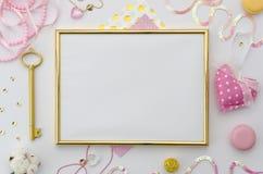 Mofa de oro del marco de la foto para arriba con el espacio para el texto o foto y accesorios románticos en el fondo blanco Endec Imágenes de archivo libres de regalías