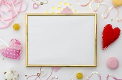 Mofa de oro del marco de la foto para arriba con el espacio para el texto o foto y accesorios románticos en el fondo blanco Endec Foto de archivo libre de regalías