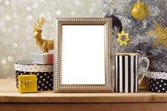 Mofa del cartel de la Navidad encima de la plantilla con las cajas del árbol de navidad y de regalo Decoraciones negras, de oro y Fotografía de archivo libre de regalías