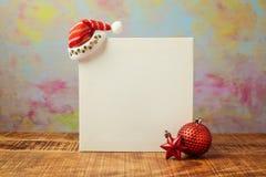 Mofa del cartel de la Navidad encima del diseño de la plantilla con el sombrero y las decoraciones de santa fotos de archivo libres de regalías