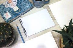 Mofa del cuaderno para arriba para las ilustraciones con las pinturas de la acuarela, paleta, vidrio de agua y brochas Herramient Imagenes de archivo