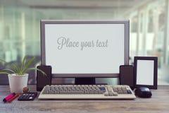 Mofa del escritorio de oficina para arriba con la pantalla en blanco fotografía de archivo