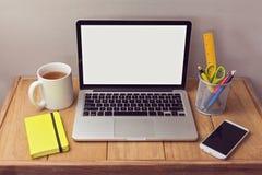 Mofa del escritorio de oficina para arriba con los artículos del ordenador portátil y de la oficina imagenes de archivo