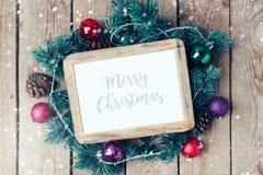 Mofa del marco de la foto de la Navidad encima de la plantilla con la decoración Imagen de archivo