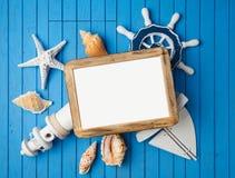 Mofa del marco de la foto de las vacaciones de las vacaciones de verano encima de la plantilla con las decoraciones náuticas Fotos de archivo libres de regalías