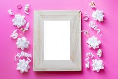 Mofa del marco de la foto para arriba con el espacio para el texto, confeti blanco en fondo azul Endecha plana, visi?n superior F imagen de archivo
