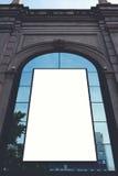 Mofa dvertising del  de Ð encima de la bandera vacía grande en el ambiente urbano en el edificio Foto de archivo libre de regalías