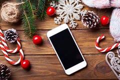 Mofa elegante del teléfono para arriba con las decoraciones rústicas de la Navidad Imagen de archivo