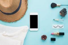 Mofa elegante del teléfono para arriba con los accesorios y los cosméticos de la mujer para el app Imagen de archivo libre de regalías