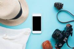 Mofa elegante del teléfono para arriba con los accesorios y la cámara de la mujer para las RRPP del app Foto de archivo