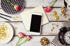 Mofa elegante del teléfono para arriba con los objetos femeninos Visión desde arriba Foto de archivo libre de regalías