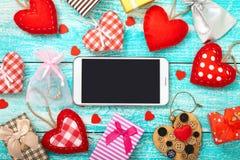 Mofa elegante del teléfono para arriba con rústico para el día de tarjeta del día de San Valentín imagen de archivo libre de regalías