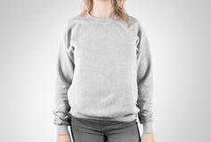 Mofa en blanco de la camiseta para arriba aislada Maqueta femenina de la sudadera con capucha del llano del desgaste Fotografía de archivo