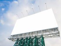 Mofa en blanco de la cartelera encima de la exhibición de los medios de la bandera al aire libre foto de archivo
