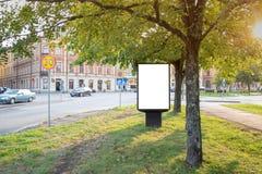Mofa en blanco de la cartelera para arriba en el camino de ciudad para el mensaje o el contenido de texto imagen de archivo