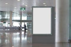 Mofa en blanco de la cartelera para arriba en un aeropuerto Imagenes de archivo