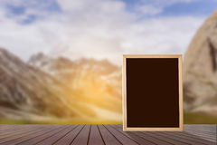 Mofa en blanco de madera de la pizarra para arriba imagen de archivo