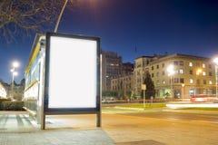 Mofa en blanco del anuncio para arriba en una parada de autobús Fotos de archivo