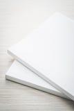 Mofa en blanco del blanco encima del libro imágenes de archivo libres de regalías
