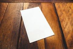 Mofa en blanco encima del menú del folleto en la tabla de madera fotos de archivo libres de regalías