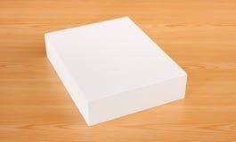 Mofa encima de la caja blanca en el fondo de madera Fotos de archivo