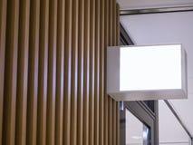 Mofa encima de la caja de luz de la señalización en logotipo de madera de la tienda de la pared Imágenes de archivo libres de regalías