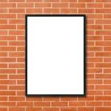 Mofa encima de la ejecución en blanco del marco del cartel en fondo rojo de la pared de ladrillo en sitio - puede ser mofa usada  Imagen de archivo