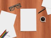 Mofa encima de la escena - visión de escritorio - ejemplo realista del escritorio con los artículos de la oficina Imágenes de archivo libres de regalías