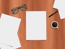 Mofa encima de la escena - visión de escritorio - ejemplo realista del escritorio con los artículos de la oficina Fotos de archivo