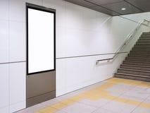 Mofa encima de la exhibición del cartel en la estación de metro con las escaleras imagen de archivo