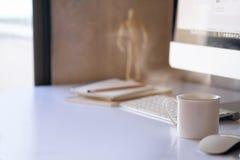 Mofa encima de la tabla de la oficina con el ordenador Imagen de archivo libre de regalías