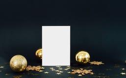 Mofa encima de la tarjeta del greeteng en fondo oscuro con confeti de los copos de nieve, de las chucherías, de la campana y de l Imágenes de archivo libres de regalías