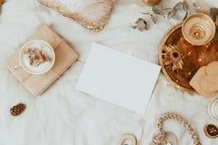 Mofa encima de la tarjeta Fondo con la taza de café, las galletas y las decoraciones del oro en cama foto de archivo