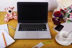 Mofa encima de objetos tales como ordenador, smartphone Foto de archivo