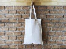 Mofa encima del algodón Tote Bag en fondo de la pared de ladrillo Imagen de archivo