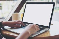 Mofa encima del ordenador portátil en el escritorio Imágenes de archivo libres de regalías