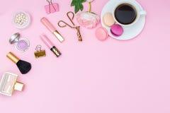 Mofa para arriba Accesorios femeninos en un fondo rosado Visión desde el abov Foto de archivo libre de regalías