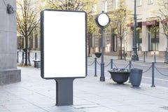 Mofa para arriba Cartelera en blanco al aire libre, publicidad al aire libre, tablero de la información pública en la ciudad foto de archivo