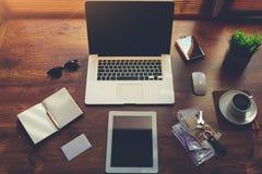 Mofa para arriba de la mesa de la persona del negocio con los accesorios y las herramientas de lujo del trabajo de la distancia,  Fotos de archivo