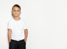 Mofa para arriba del muchacho que lleva pantalones cortos negros Imagenes de archivo