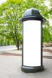 Mofa para arriba del soporte retro de la columna de publicidad de la calle del estilo en la acera foto de archivo