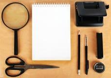Mofa para arriba en el papel de Kraft Las plantillas esconden con efectos de escritorio Fotografía de archivo libre de regalías